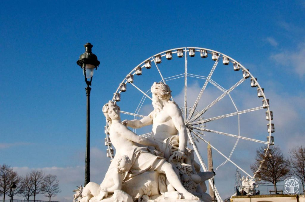 Paris Statue Alter Mann und schöne Frau (0006)